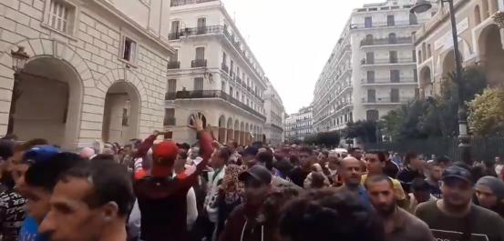 Vidéo – 35ème mardi de protestation : les manifestants sont arrivés devant le tribunal de Sidi M'Hamed