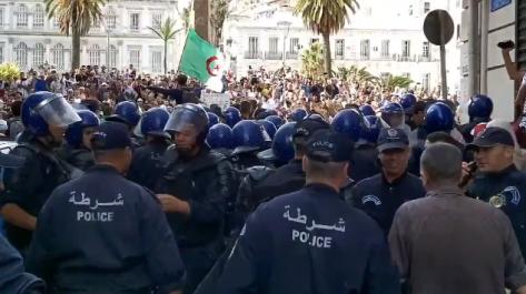 Vidéo – 35ème mardi de protestation à Alger : la police empêche les manifestants de se rendre au Tribunal de Abane Ramdane